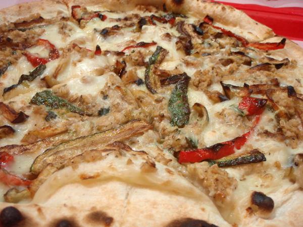 Pompein vegaanijuustopitsassa oli seitania ja vihanneksia, mutta ei tomaattia. Vegaanijuusto oli riisipohjaista, varmaankin italialaisen Valsoian juustoa.
