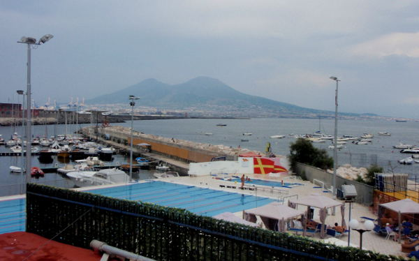 Vesuvius Napolin satamasta katsottuna.