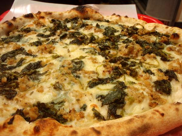 Vegaanijuustoinen pitsa, jossa ei ollut tomaattia. Sen sijaan päällä oli seitanmurusia ja pinaattia. Mausteena oli kummallisesti fenkolin siemeniä.