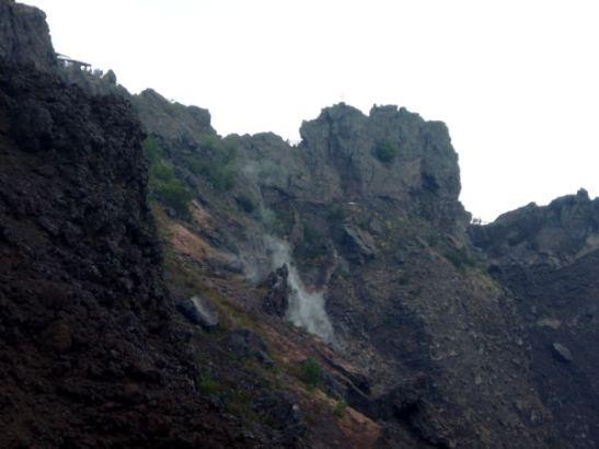 Vesuviuksen kraaterista tuprusi hieman savua parista kohdasta.