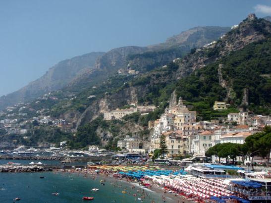 Amalfin kylän ranta.