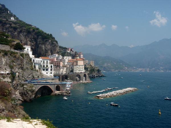 Rantaa Amalfista itään Minorin ja Maiorin rantojen suutaan.