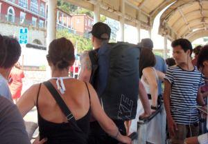 Ensin valitsimme väärän jonon ja sitten emme mahtuneet seuraavaan Anacaprille menevään bussiin. Seuraavaa ei enää kuulunut, joten luovuimme ideasta kävellä Anacaprilta Blue Grottolle, kun busseja ei näyttänyt menevän kovin usein.