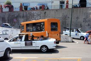 Caprin taksit olivat omaa laatuaan. Osa näytti avolimusiineilta, osa avopakettiautoilta ja osa isoilta ja pitkiltä golfkärryiltä.