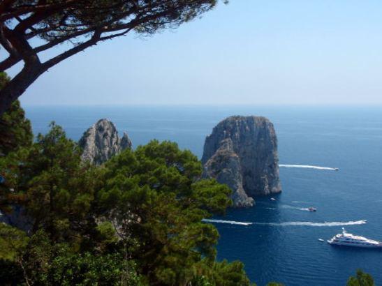 Merestä kohoavat Faraglionit lähempää kuvattuna.