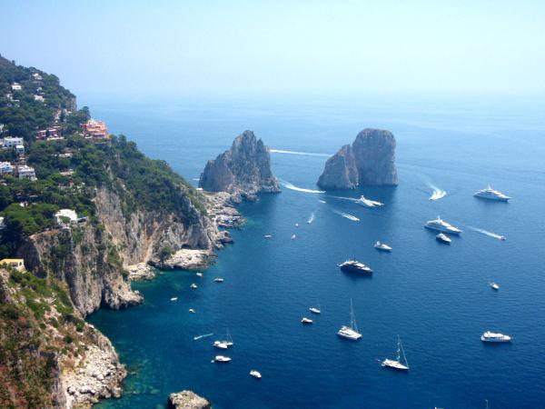Caprin faraglionit kohoavat kukkuloina merestä.