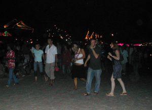 Haad rinin ranta ei ollut siellä käydessämme yhtä tanssitannerta, vaan ihmiset vain kävelivä rantaa edestakaisin etsien mielenkiintoisinta menoa.