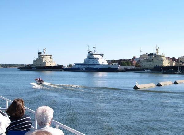 Jäänsärkijät Katajanokan rannassa.