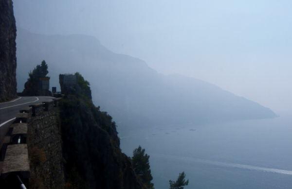 Tie kulki ahtaasti Amalfin jyrkillä kallioilla.