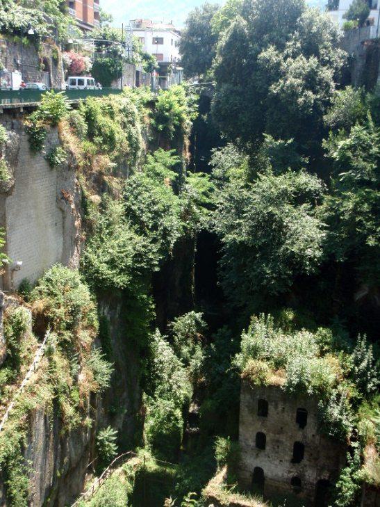 Sorrenton keskustassa on ihmeellinen kanjoni. Se vajoaa tien vierestä keskellä kaikkea ihan yhtäkkiä syvälle.