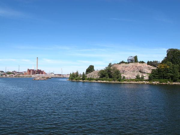 Korkeasaari ja Hanasaaren voimalaitos Sörnäisissä.
