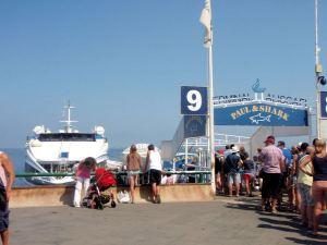Caprille menevän lautan laituri Sorrentossa.