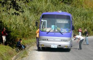 Laosissa reittibussista Luang Prabangista Vang Viengiin loppui bensa kesken matkan.
