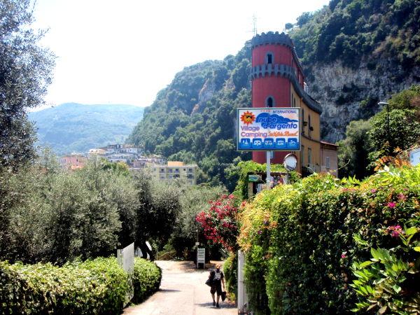 Amalfin suuntaan menevän autotien ja leirintäalueelle menevän tien välissä oli tosi kapea talo.