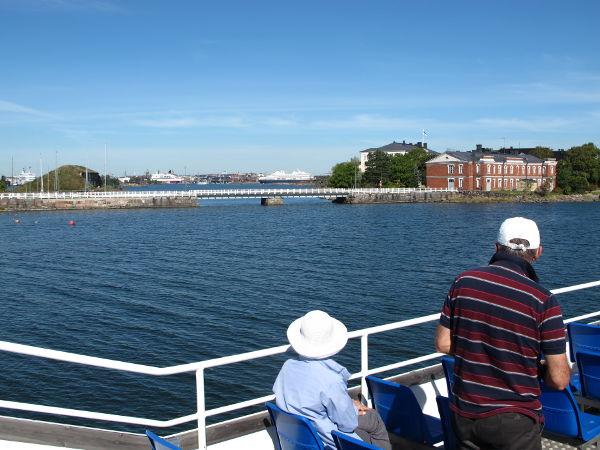 Laiva kävi Suomenlinnassa merisotakoulun vieressä tekemässä U-käännöksen.