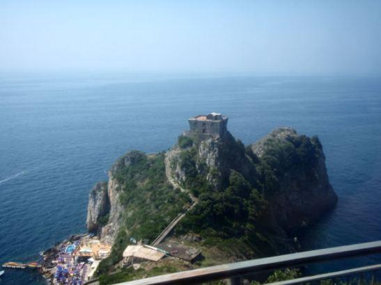 Niemi Amalfilla lähellä Emerald-luolaa, jonne olisi päässyt rannalta käsin. Sijaitsee jossain Amalfin ja Positanon välillä.