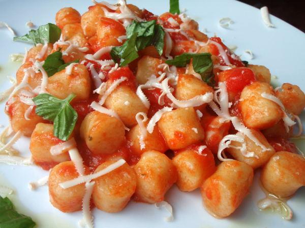 Sorrentosta löytyi kasvisravintola Mondo Bio Cafe, jossa tilasin perunagnoccheja. Se sijaitsi aika keskustassa ja sen yhteydessä oli ekopuoti monenmoisine kasvisruokineen.