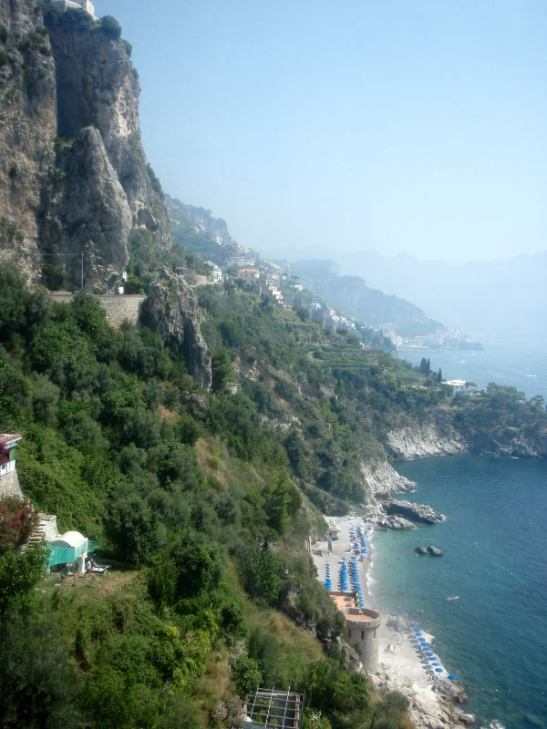 Amalfin rannikko on suurta ja jyrkkää. Tässä näkymä Positanon ja Amalfin väliltä.