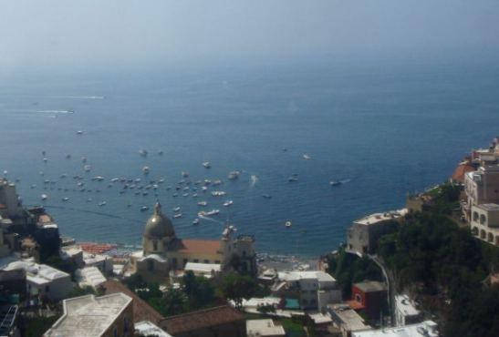 Positanon ranta ja kujat jäivät meiltä näkemättä, bussi kulki kallioilla kylän yläpuolella.