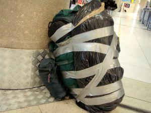 Halusimme maksaa Air Balticilla vain yhdestä ruumaan menevästä laukusta (20 euron lisämaksu suuntaansa). Siispä teippasimme jätesäkkiin pakatun teltan rinkkani jatkeeksi.
