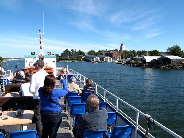 Helsingin saaristoristeily lähestyy Suomenlinnaa.