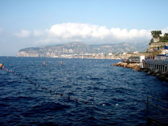 Sorrento alkoi pohjoisessa kuvassa näkyvästä niemestä ja päättyi samanlaiseen niemeen etelässä.
