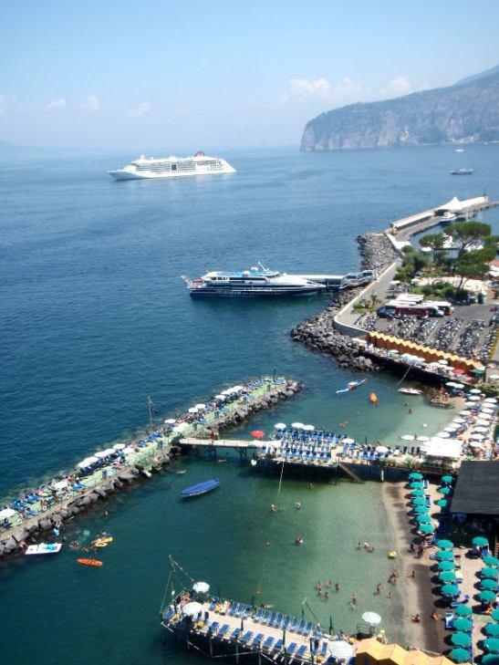 Sorrentosta kulkee lauttoja ainakin Napoliin, Caprille ja Amalfin rannikolle.