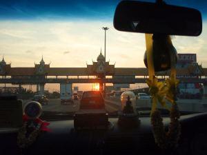 Bangkokin takseissa on tyypillisesti kaikenlaisia onnea tuottavia härpäkkeitä kojelaudalla.