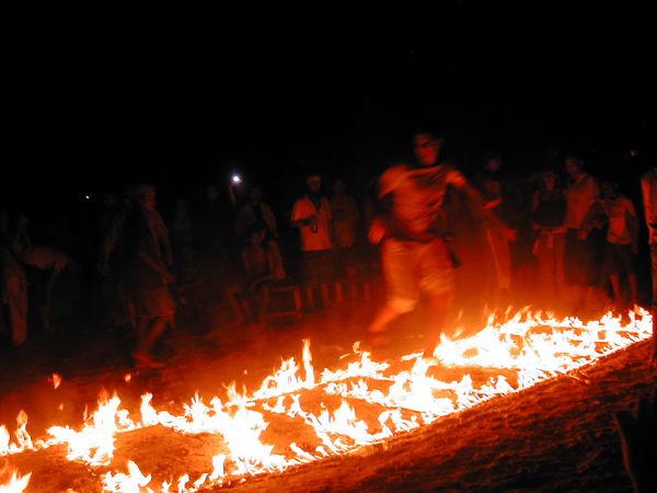 Vuonna 2005 full moon partyjen ohjelmassa oli tulipolulla steppailua.