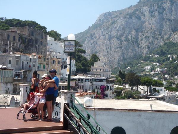 Turisteja poseeraamassa Caprin kylässä. Tuossa on myös opaste kohti Anacaprin kylää, joten sinnekin olisi voinut kävellä, ehkä nopeammin kuin mitä meillä meni aikaa epäonnisesti odottaa bussia sinne.