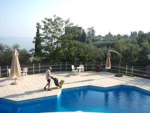 Albero D´Oro -leirintäalueen uima-allas sijaitsi komeasti korkealla.