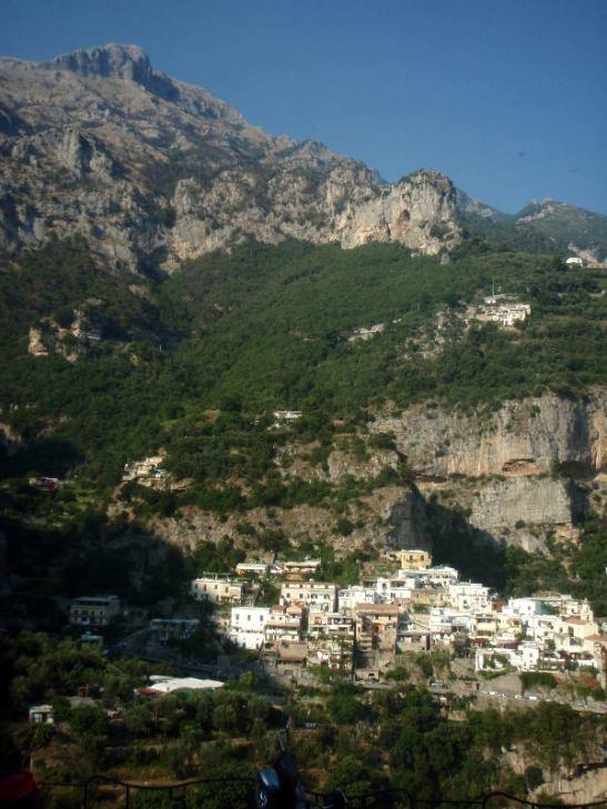 Amalfin rannikon näkymät sai kunnolla ikuistettua vain ottamalla pystykuvia.