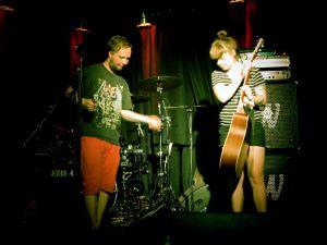 Artistit Tonikettinen ja Hulda Huima virittelemässä kamoja lavalla Grazissa.