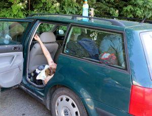 Autoon mahtui hyvin kamat ja myös pitkälleen.