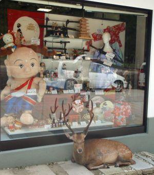 Turistit vaikkapa muualta Japanista eivät voi vastustaa Narassa myytäviä peuran sarvisia nukkeja ja muuta krääsää.