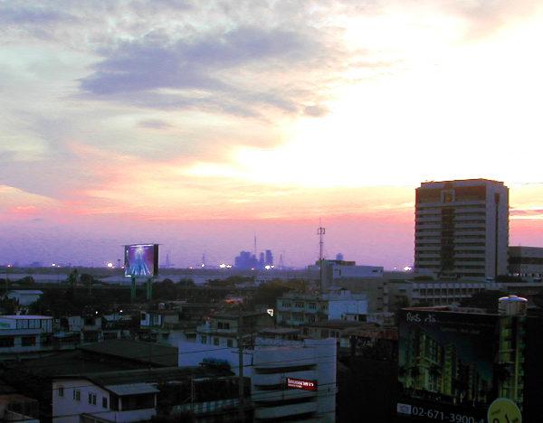 Bangkokin kattoja iltahämärässä.