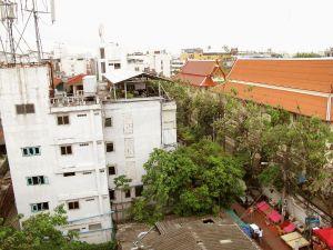 Näkymä hotellin kattouima-altaalta Banglamphussa.