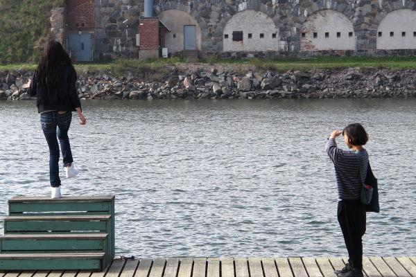 Kuvasin japanilaiset turistit Suomenlinnassa.