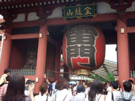 Asakusan tunnettu maamerkki on tämä Kaminarimon-portti, josta pääsee Sensõ-jin temppelialueelle.