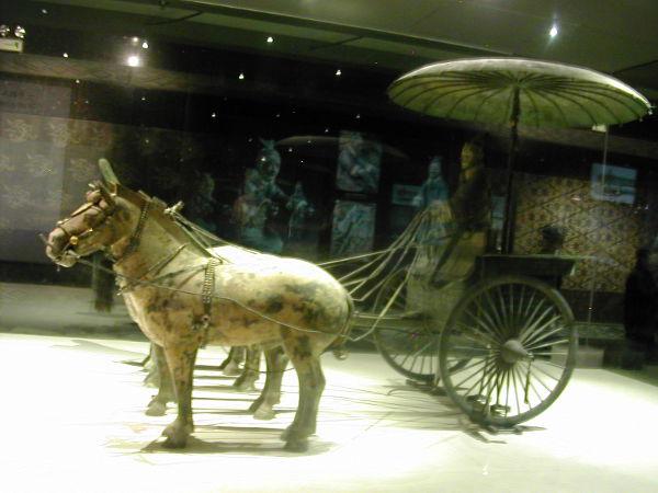 Terrakottamuseossa oli lasin takana hyvin säilyneet kärryt.
