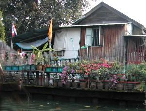 Minulle kelpaisi tällainen mökkerö bangkokilaisen khlongin varrelta. Mutta ei ole mitään tietoa, ovatko ne hinnoissaan sijaintinsa vuoksi vai nimenomaan siksi ei.