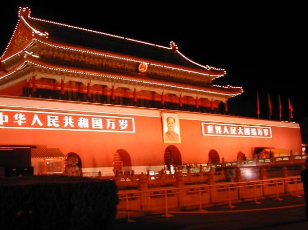 Mao-taulu Taivaallise rauhan aukiolla Kielletyn kaupungin edustalla iltavalaistuksessa.