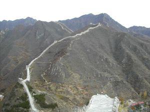 Muuri kulkemassa vuorilla padon takana.