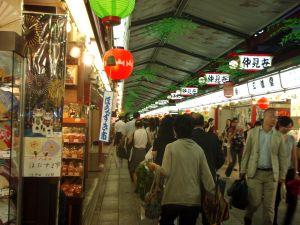Japanissa on kauheat määrät ihania, mutta tarpeettomia tavaroita, kuten vaikkapa Tokion Asakusan Nakamise-kadun viuhkat, paperilamput ja muu nätti krääsä.