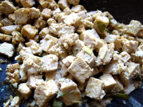 Paistettu pakastettu ja marinoitu tofu.