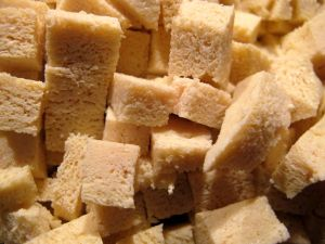 Pakastettuna tofusta tulee huokoista ja sienimäistä, kuten näistä paloista näkee.