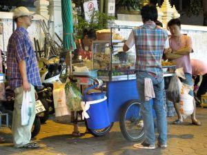 Missä vain Thaimaassa näkee tällaisia käteviä ruokamyyntikärryjä.