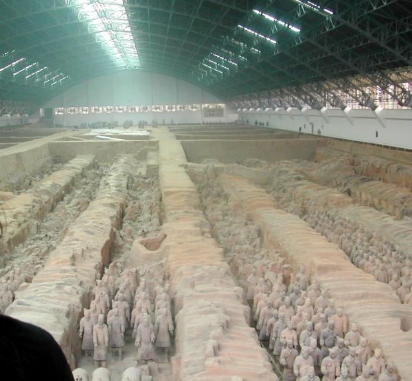 Isoin terrakottasotilaspatsaita kattava halli näytti tältä.