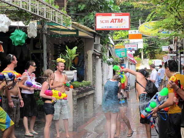 Pitää miettiä, missä haluan olla huhtikuussa 2014 Songkranin aikaan. Haluanko osallistua vesisotaan ja kävellä vaatteet märkänä vai en?