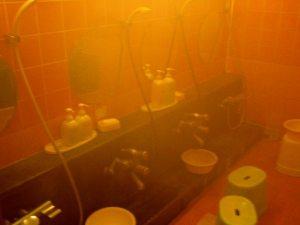 Kylpyosastolla peseydyttiin jakkaroilla istuen suihkussa.